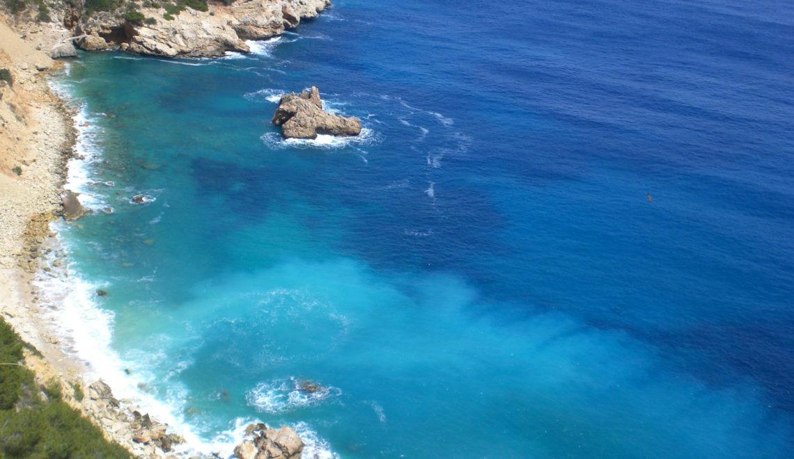 Vista panoramica scogliera di una località balneare nel Mar Mediterraneo