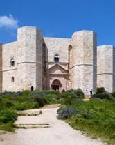Vista frontale del Castel del Monte. Foto in miniatura.